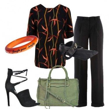 Outfit Blusa in fantasia e sandalo in suade