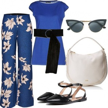 Outfit Fantasie floreali sul blu elettrico