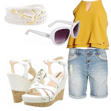 Outfit Un\' estate in shorts e zeppe