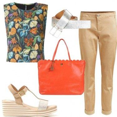 Outfit Con un top floreale