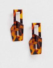 Orecchini tartarugati con forme geometriche collegate