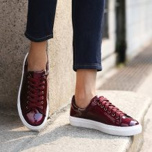 Sneakers in similpelle laccata colorata