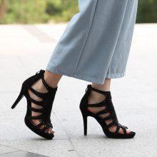 Sandali con tacchi alti e rivetti
