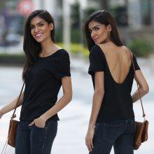 T-shirt con scollo profondo sulla schiena
