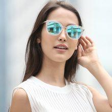 Occhiali da sole con montatura semitrasparente