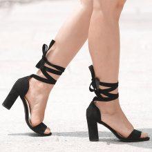 Sandali con allacciatura sulla caviglia