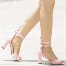 Sandali con tacco quadrato allacciati dietro la caviglia