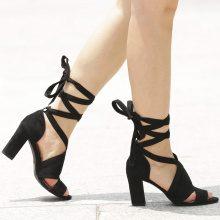 Sandali con tacco quadrato e fasce ampie