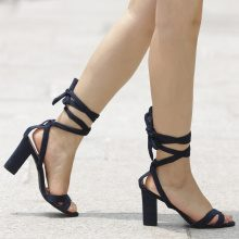 Sandali con tacco a blocco allacciati alla caviglia
