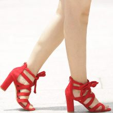 Sandali con tacco quadrato e cinturini incrociati