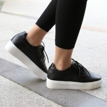 Sneakers in similpelle con plateau