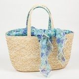 Borsa in paglia 37 x 12x20 cm con foulard fantasia. Made in Italy