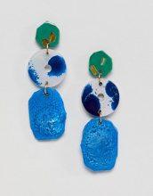 ASOS DESIGN - Orecchini pendenti con ciondoli asimmetrici in resina - Multicolore