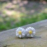 SODIAL (R) Carino stile vintage Fiore Carino piccola margherita Orecchini nuovo - bianco
