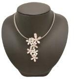 Ikita - Set collana e orecchini in smalto rosa e color argento, a forma di margherite a grappolo, filo delicato, alla moda, in confezione regalo