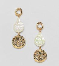 Orecchini placcati oro con perle d'acqua dolce sintetiche e disco martellato
